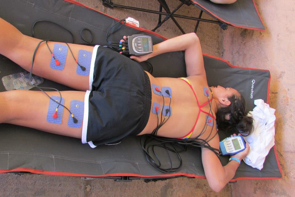 Atleta en recuperación usando dos electroestimuladores simultáneamente
